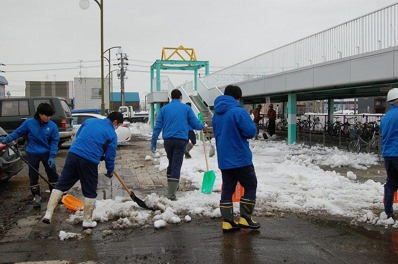 駅前駐輪場にて【雪割り・排雪】