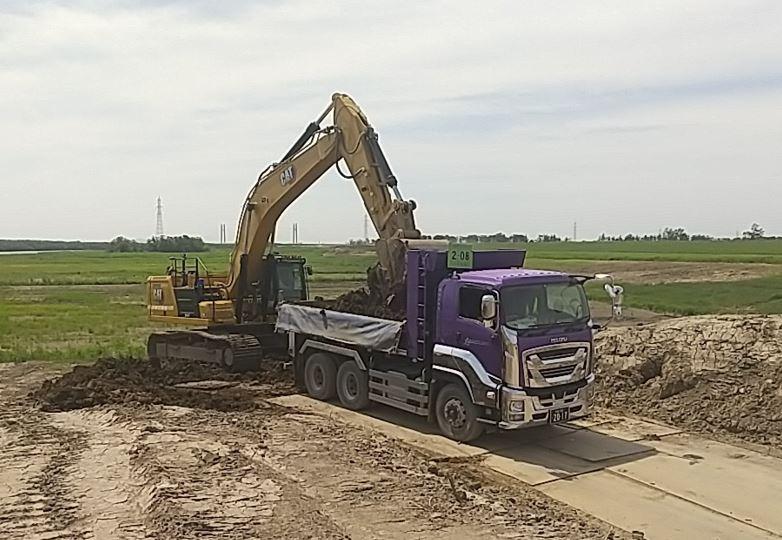 ⑤新篠津築堤河道掘削外工事 土砂運搬が始まりました。