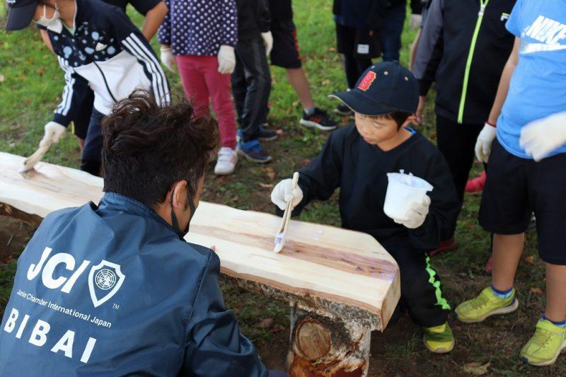 白樺を使ってベンチ作り/美唄市中央小学校